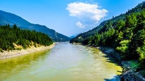 BC看起来的弗拉塞尔河北部从在费沙尔峡谷的嵌齿轮哈灵顿桥梁在加拿大 免版税图库摄影