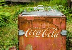 BC Bamfield加拿大- 2017 8月06日,老红色生锈的可口可乐冰箱在后院 库存图片