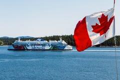 BC Veerboten en de Canadese Vlag Stock Afbeelding