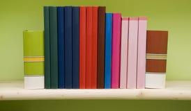 Bücher auf einem Regal Stockbild