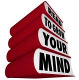 Bücher stapelten - gelesen, um Ihren Verstand zu wachsen Stockfotos