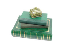 Böcker och malakitcasket Royaltyfri Bild