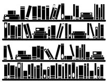 Böcker på hyllor Arkivbild