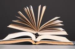 böcker öppnar Arkivfoton