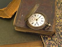 böcker överhopar gammalt Royaltyfria Bilder