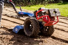 BCS 853普遍的拖拉机单位rototiller运作的土壤土  免版税库存图片