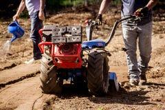 BCS 853普遍的拖拉机单位rototiller运作的土壤土  库存照片