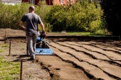 BCS 853普遍的拖拉机单位rototiller运作的土壤土  免版税库存照片