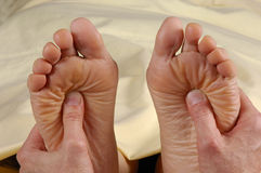 båda fot masserar reflexology Arkivbild
