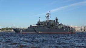 BDK-`-Minsk ` i den Neva floden om den soliga dagen i juli Förberedelse för marindag i St Petersburg lager videofilmer