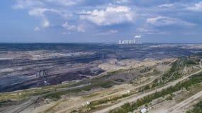 BeÅ 'chatà ³ w kopalnia w tle elektrownia, Polska, 08 2017, widok z lotu ptaka zdjęcia stock