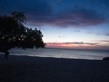 Beëindigen van een blauwe zonsondergang op strand royalty-vrije stock afbeelding