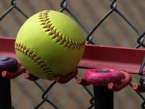 Beísbol con pelota blanda amarillo Imagenes de archivo