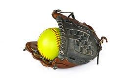 Beísbol con pelota blanda amarillo y guante fotos de archivo libres de regalías