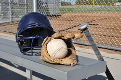 Beísbol con pelota blanda blanco, casco, palo, y guante imagen de archivo libre de regalías
