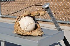 Beísbol con pelota blanda blanco, palo, y guante imagenes de archivo