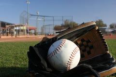 Beísbol con pelota blanda con el guante en el campo abierto imagenes de archivo