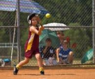Beísbol con pelota blanda de la muchacha que hace un golpe Fotografía de archivo