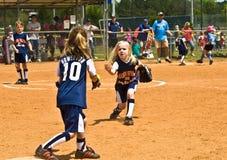 Beísbol con pelota blanda de las chicas jóvenes Imágenes de archivo libres de regalías
