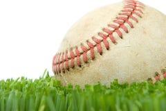 Beísbol con pelota blanda en cierre de la hierba para arriba fotos de archivo