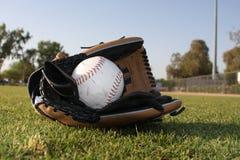 Beísbol con pelota blanda en el guante de cuero Imagen de archivo