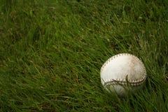 Beísbol con pelota blanda en hierba Foto de archivo libre de regalías