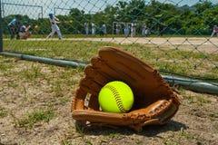 Beísbol con pelota blanda y guante Foto de archivo