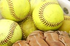Beísboles con pelota blanda y guante de béisbol Fotografía de archivo
