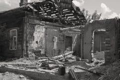 Beïnvloed als resultaat van een natuurramp, de bouw van privé-bezit Fragment van het vernietigde baksteenblokhuis stock foto