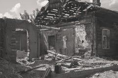 Beïnvloed als resultaat van een natuurramp, de bouw van privé-bezit Fragment van het vernietigde baksteenblokhuis royalty-vrije stock afbeelding