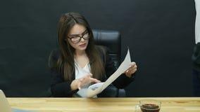 Bełt w biurze: gniewny szef i pracownik ma złą dyskusję zbiory wideo
