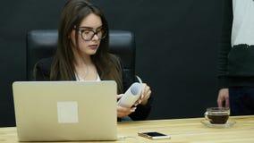 Bełt w biurze: gniewny szef i pracownik ma złą dyskusję zbiory