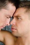 Bełty i buziaki Miłość i związki Dwa seksownego faceta fotografia stock