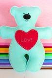 Beż filc niedźwiedź na odczuwanym tle, zaszyta zabawka, rzemiosło z filc Fotografia Royalty Free