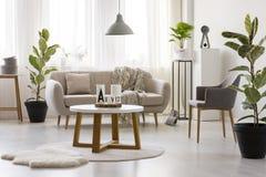 Beżowa kanapa przeciw okno zdjęcia stock