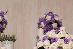 Beżowy drewniany tło z sztucznymi kwiatami obrazy royalty free