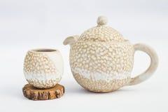 beżowy teapot i ceramiczna kamionkowa filiżanka z białym tłem obraz stock