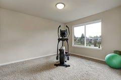 Beżowy wnętrze mały domowy gym z sporta wyposażeniem Fotografia Stock