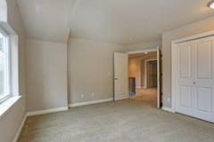 Beżu pusty izbowy wnętrze z szafą fotografia royalty free