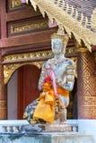 Be Buddhastatyn utanför Wat Chiang Man, Chiang Mai Arkivfoton