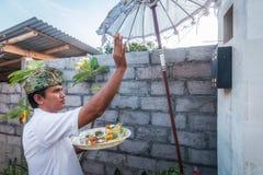 Be för Balineseman Arkivfoton