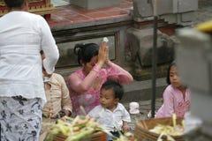 Be för Balinesse kvinnor Arkivfoto