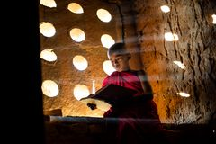 Be för buddistisk munk Specialt ljus arkivfoton