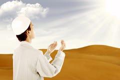 Be för Muslim som är utomhus- arkivbilder