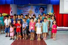 Be för thailändsk drottning på thailändsk mors dag Arkivbild