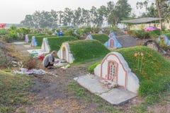 Be förfader för thailändskt folk som tillber med offer- erbjuda i den Qingming festivalen Royaltyfri Foto