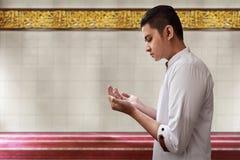 Be inre moské för muslimsk man Arkivbilder