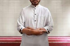 Be inre moské för muslimsk man Royaltyfri Bild
