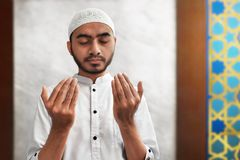 Be inre moské för muslimsk man Royaltyfri Fotografi
