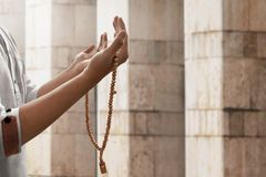 Be inre moské för muslimsk man Fotografering för Bildbyråer